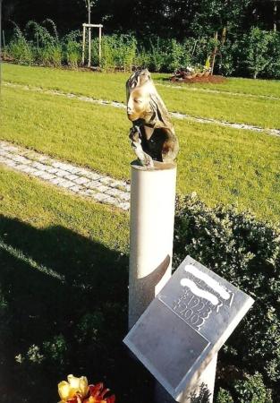 Grabstein aus Bronze und Marmor der Engel von Enzo Arduini